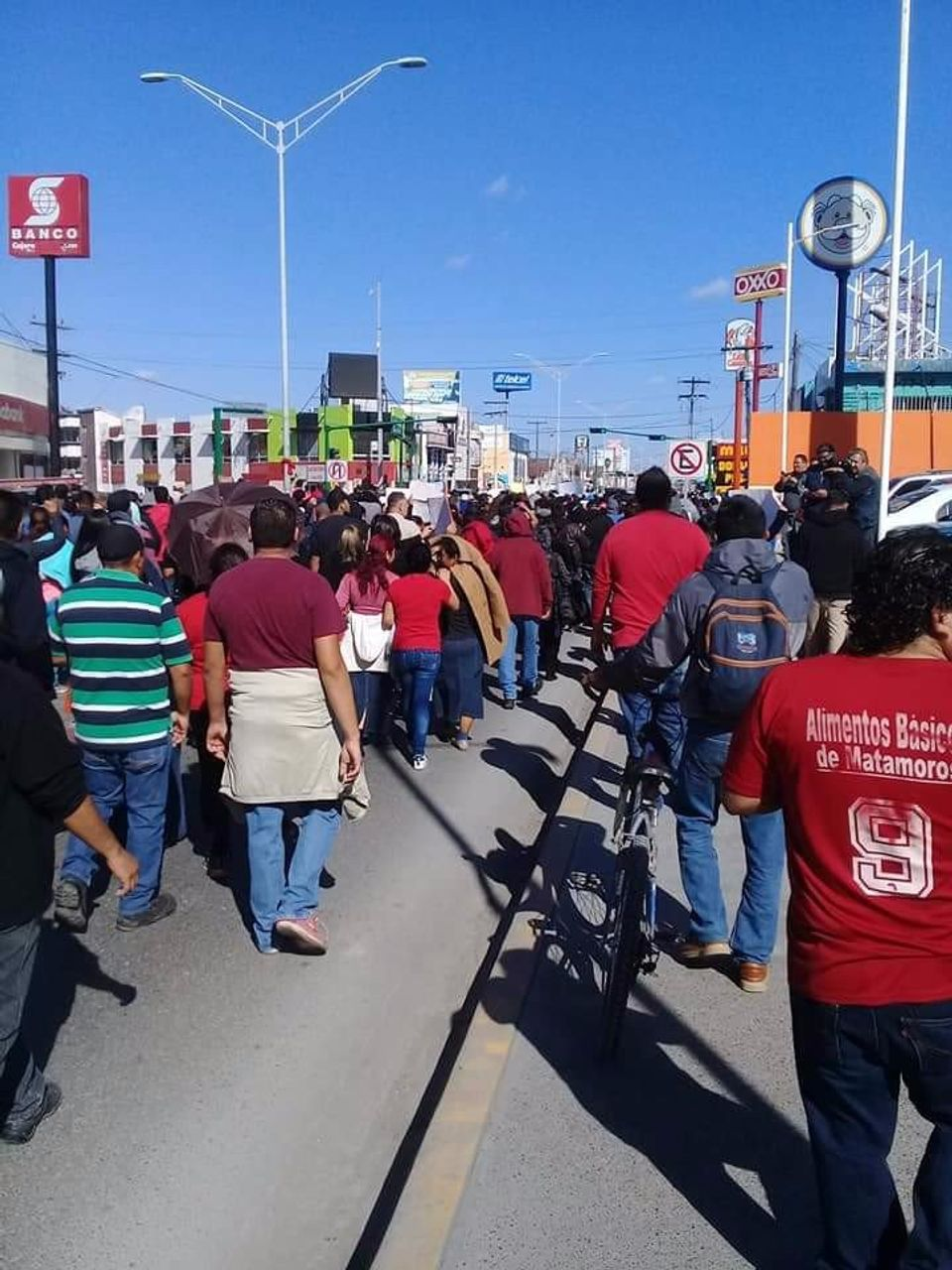 Workers march to the US-Mexico border