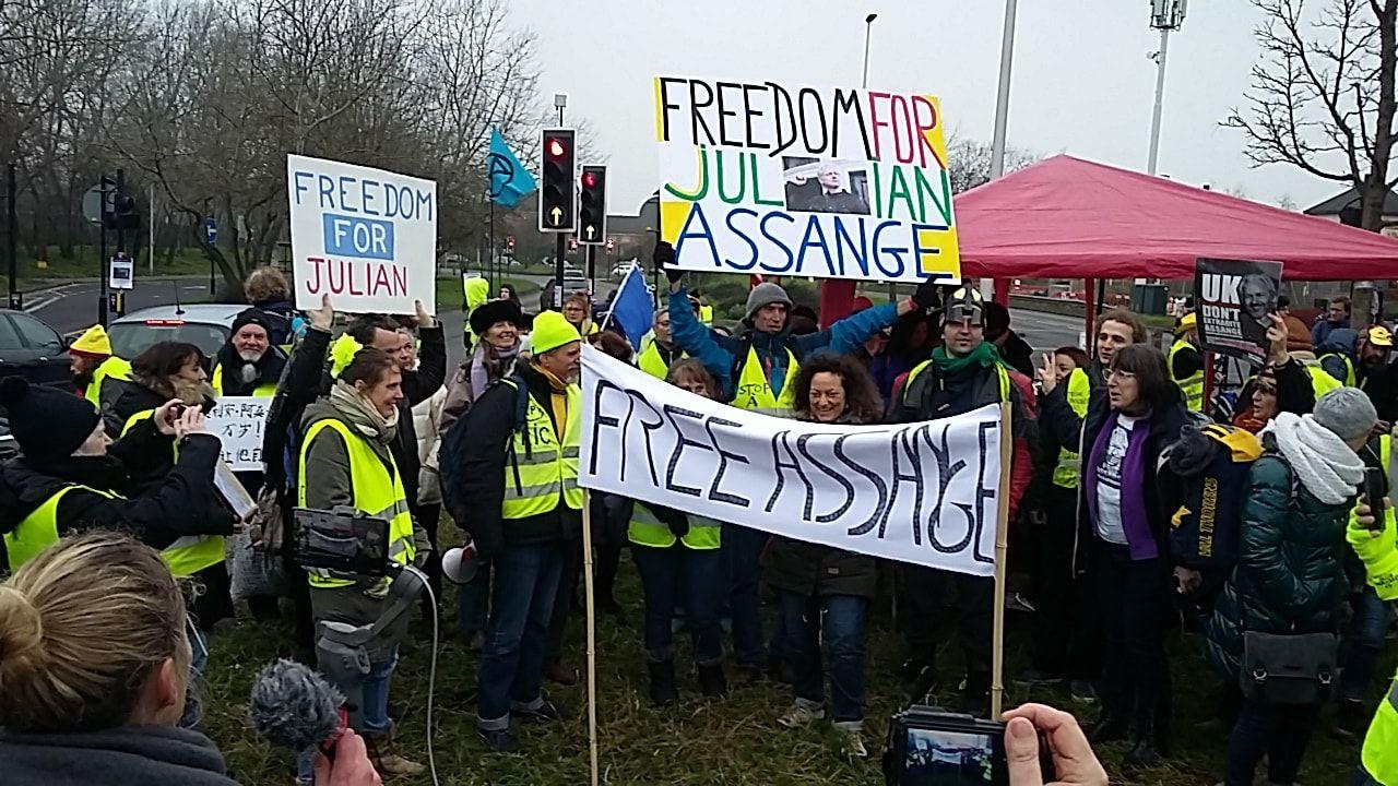 "French ""Yellow Vests"" rally for Julian Assange outside London's Belmarsh Prison"