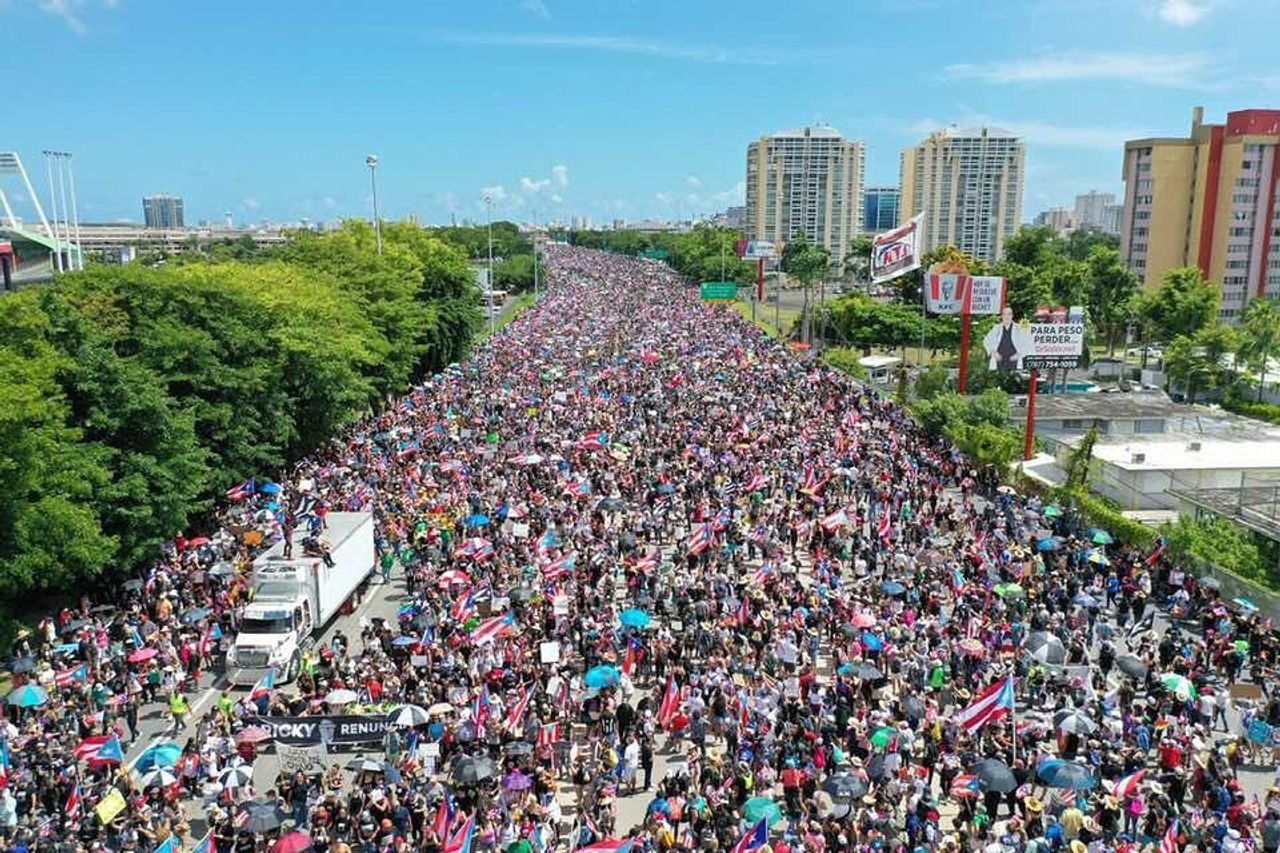 Hundreds of thousands of Puerto Ricans march to demand the resignation of Governor Rosselló