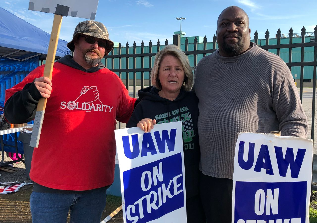 Pickets at General Motors Toledo Powertrain in the USA