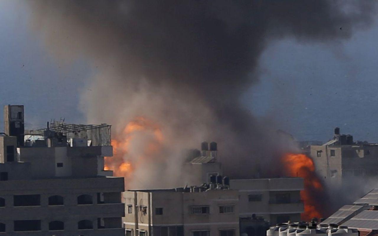 Палестина в огне. ым поднимается после израильских авиаударов по зданию в городе Газа в пятницу, 14 мая 2021 г. (AP Photo / Hatem Moussa)