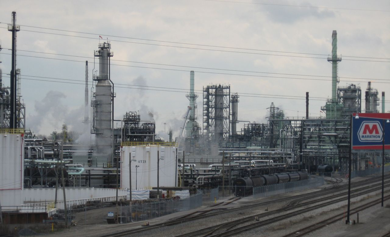 explosion at detroit oil refinery raises danger of wider