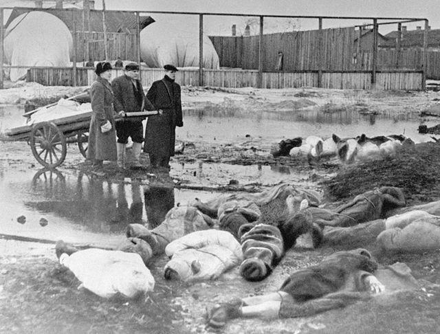Opfer der blockade auf dem wolkowo friedhof im oktober 1942