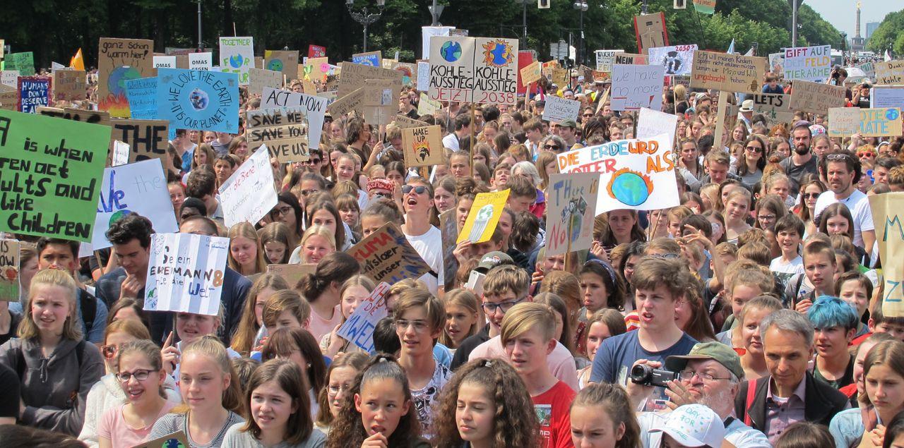 Fridays for Future Demonstranten diskutieren über Sturz ...