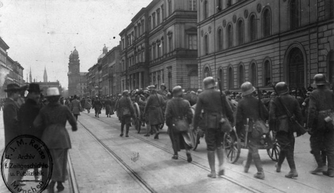 After defeating the Munich Soviet Republic, the Guards Cavalry Rifle Division moves into Munich. (Photo: Federal Archives)