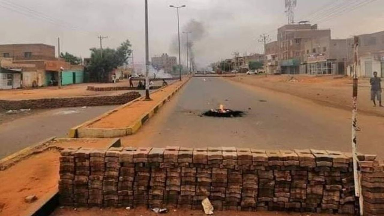 Barricades erected in Khartoum North (Credit Twitter: @ThomasVLinge)