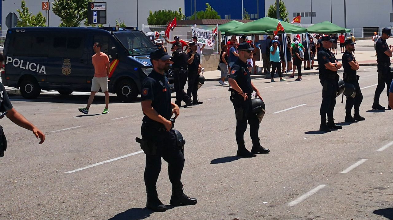 Police beat up Amazon strikers in Spain: Until the police attack, the Amazon workers and their supporters had been peacefully picketing as police escorted trucks and scabs into the warehouse.