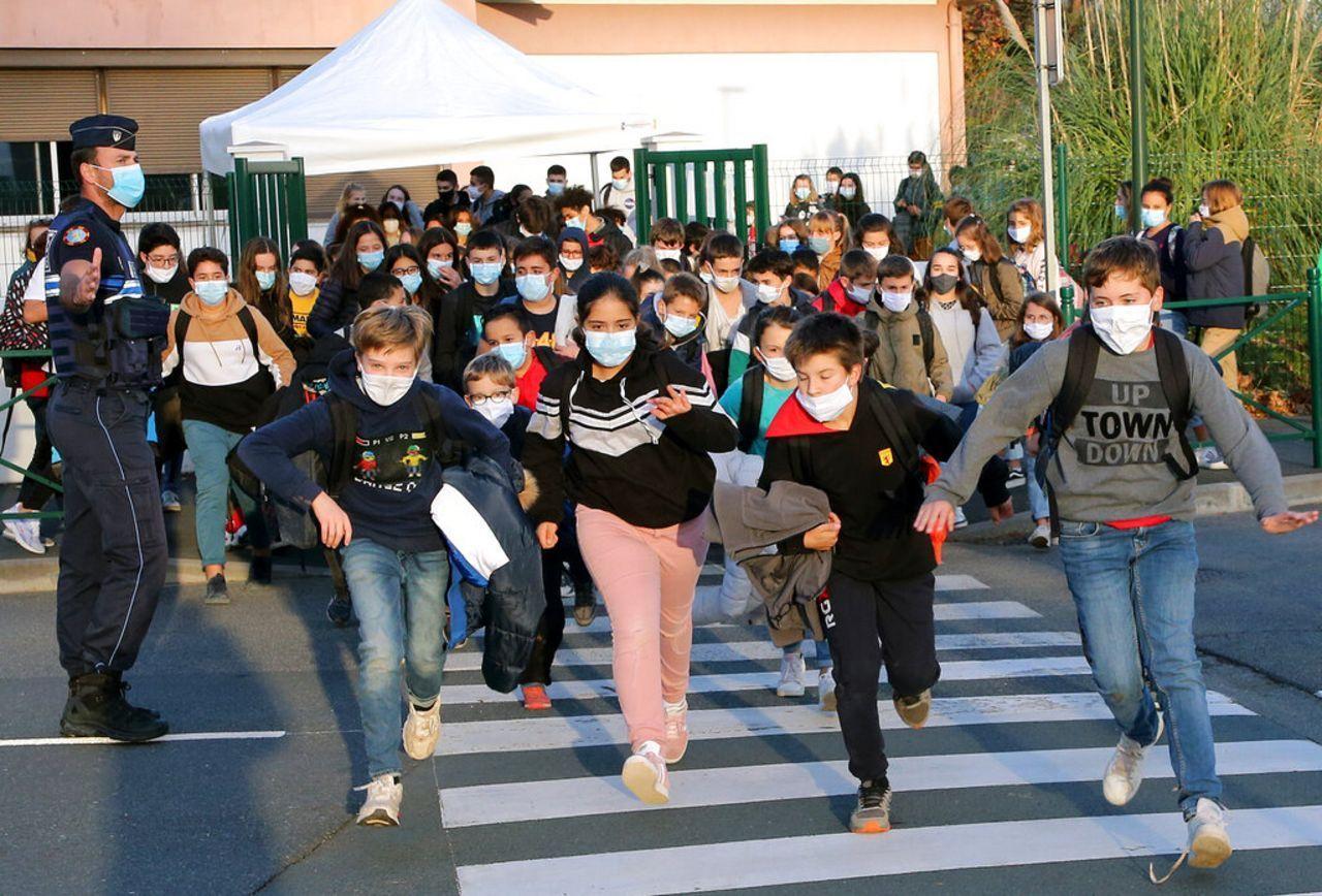 As coronavirus cases explode, French teachers demand closure of schools